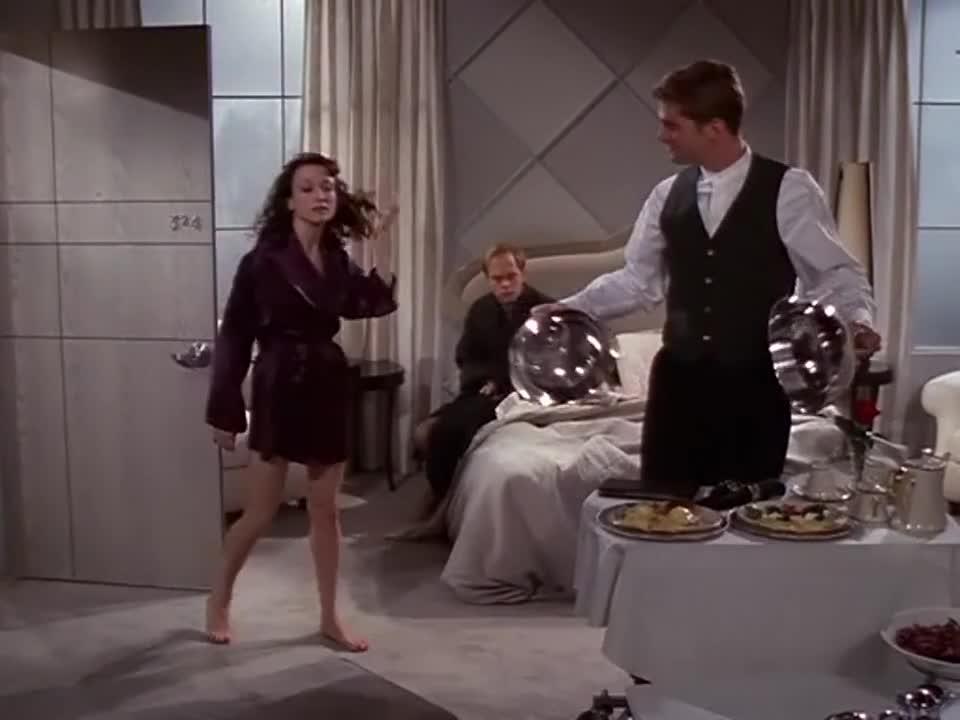 男女两人完事后,客房服务员送上了早餐,差点让人发现了!