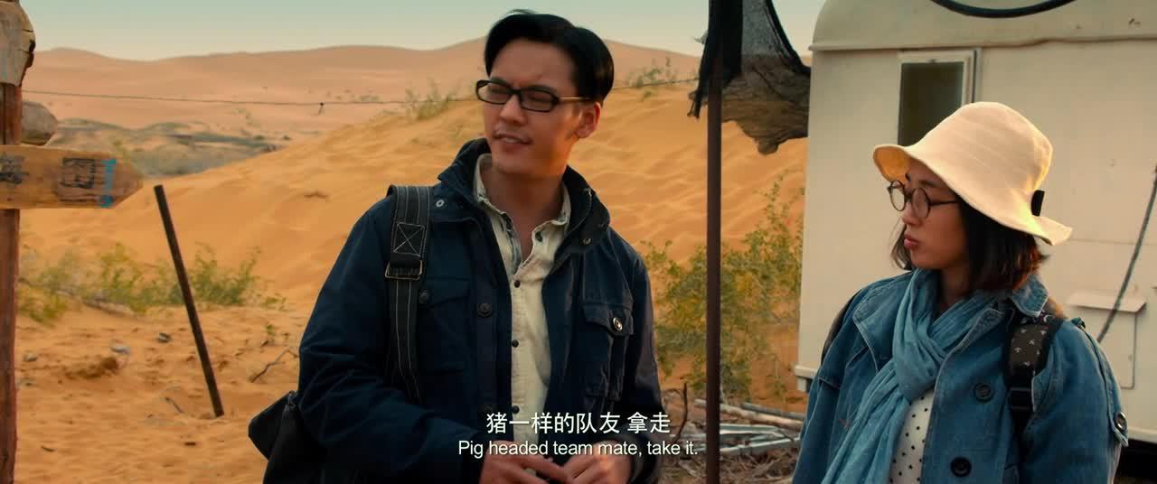 两个人以为自己会死在沙漠的时候,碰到了正在演戏的剧组