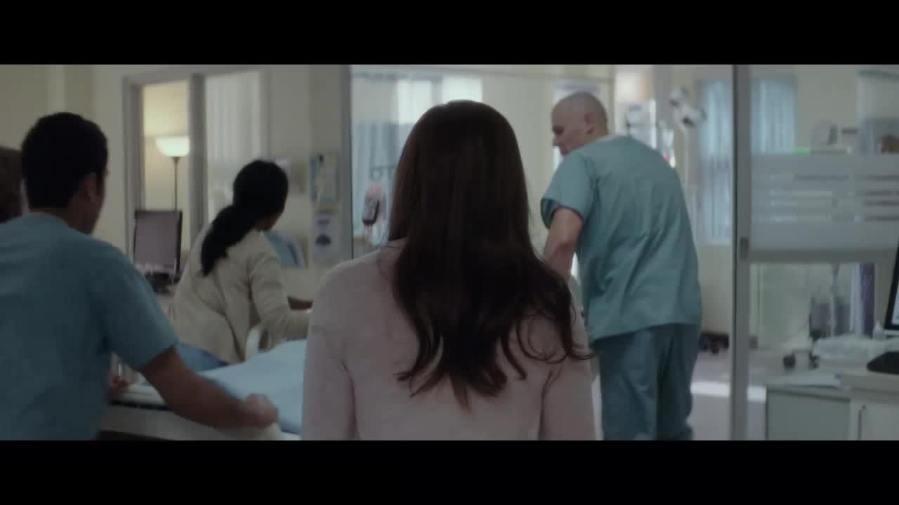 女子看着自己在病床上躺着,很无助
