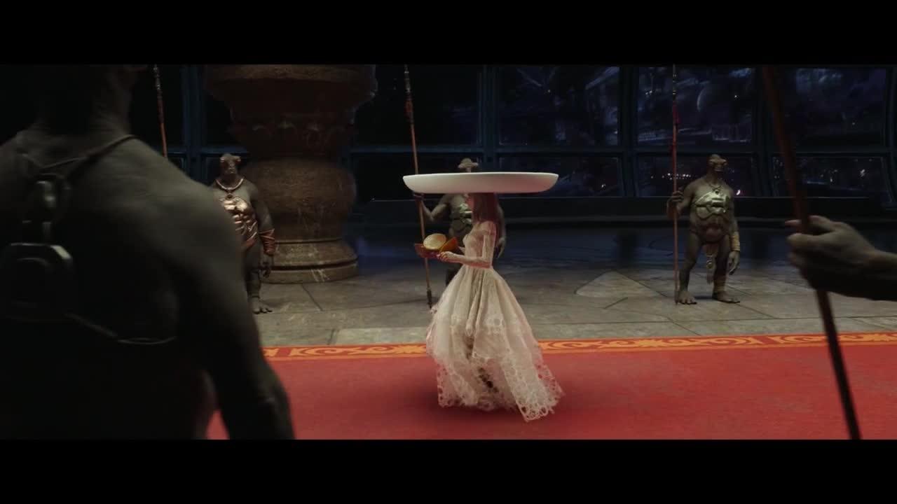 女伴为完成任务,只身一人前往宫殿,国王手段吓跑女伴