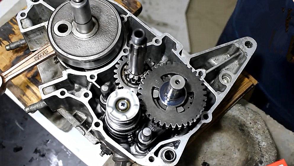 组装雅马哈摩托发动机,体积不大零件众多,组装过程很繁琐