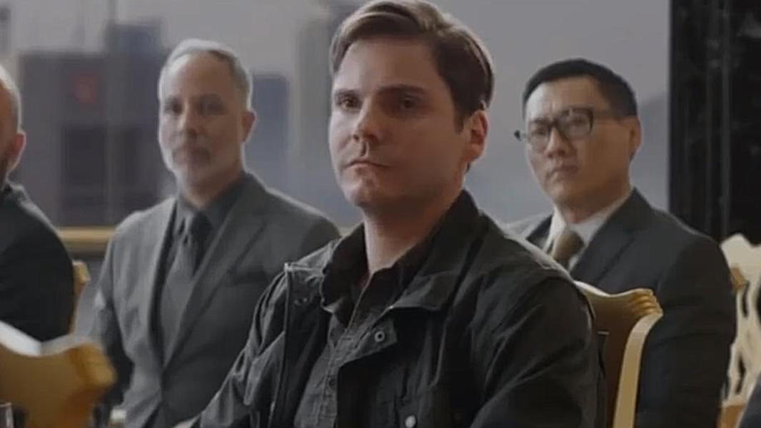 #电影迷的修养#《美国队长3》泽莫在拍卖会上夺走写有冬兵指令的九头蛇日记本