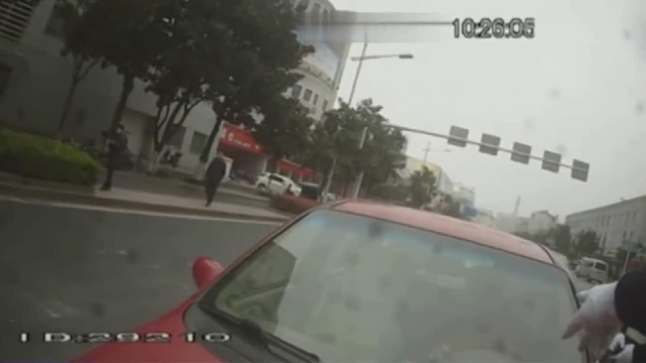 交警路口查车 遇疯狂驾驶员 被顶狂奔
