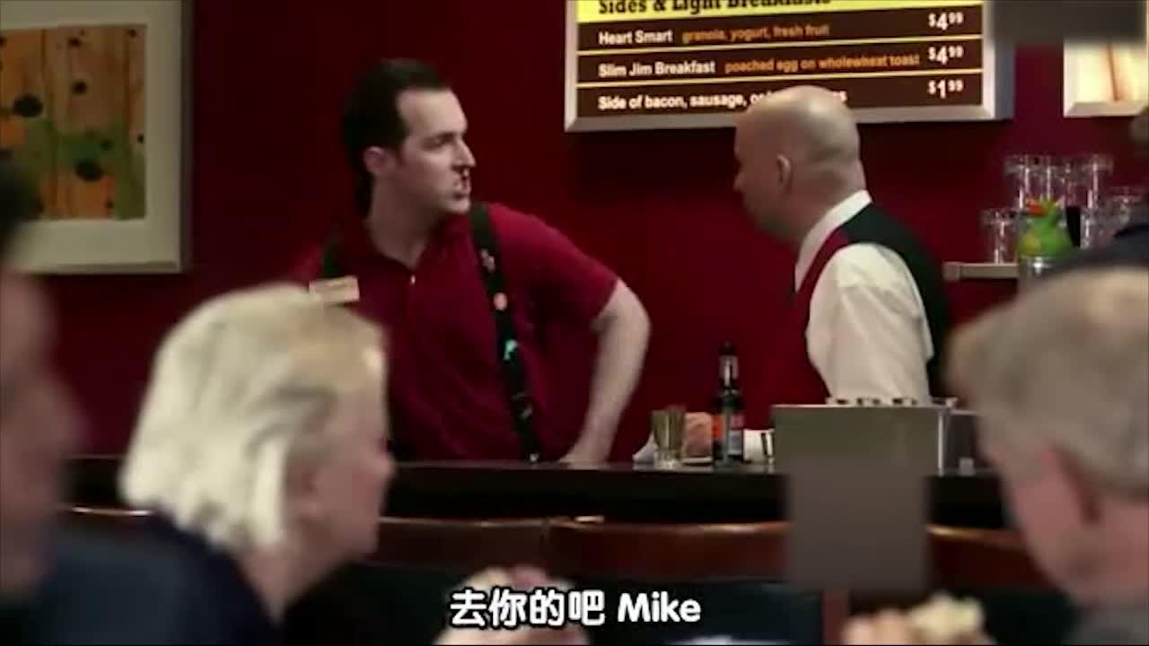 这服务员太凶了,直接开吼上司,脱了衣服就走