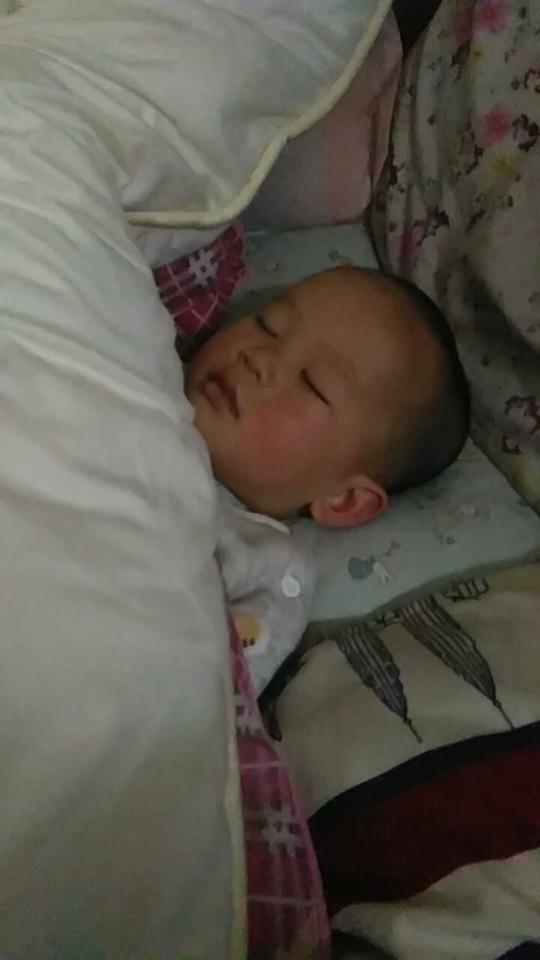 小北鼻今晚早早就睡了,睡的脸红红的