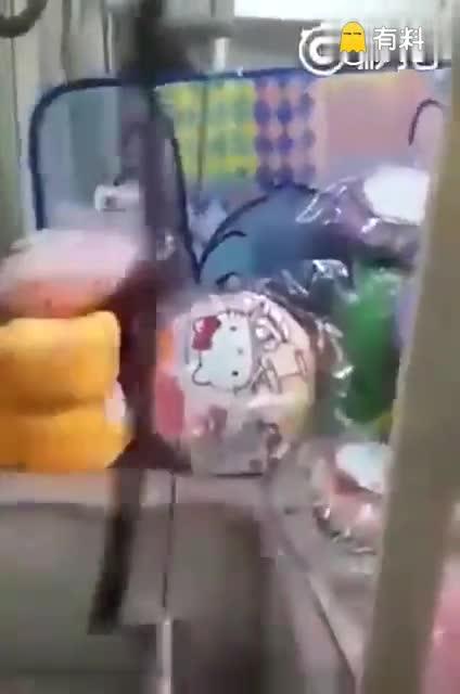 #这个视频好有料#别拦我,我要砸了这台抓娃娃机! -