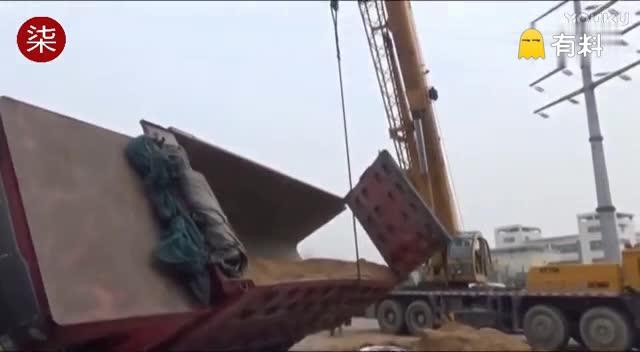 """江苏装沙货车侧翻压瘪轿车 """"活埋""""女司机"""