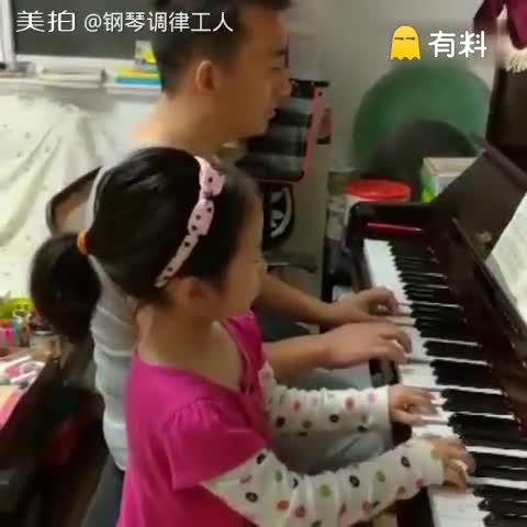 老爸陪女儿弹琴,老爸不是很识...