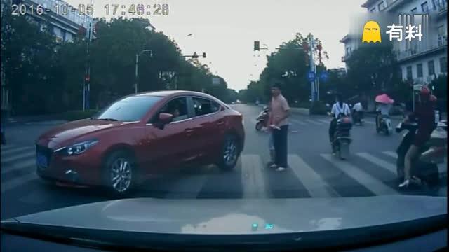 吉安一对父女人行道被车蹭 反被踹、被扇耳光
