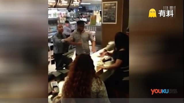 暴躁客人不满麦当劳服务 收银台上用食物打架
