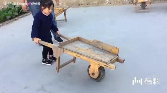 美拍视频: 推独轮车