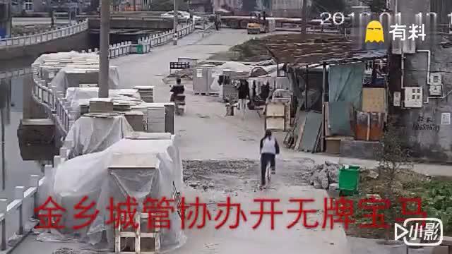 据网友@我只是偶尔有点贱曝料, 金乡城管爆打路旁58岁老人!.