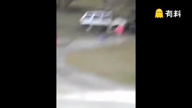 妻子与人偷情 愤怒丈夫开车直接撞进房子