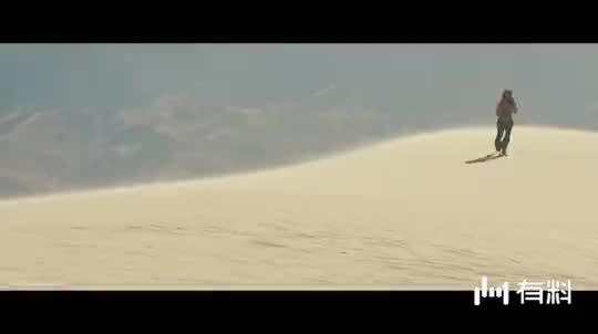 #经典看电影#钢铁侠在沙漠漫步,看见直升机立马招手,却被人家给嘲讽了一句