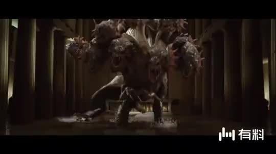#电影迷的修养#九头蛇追杀小伙,没想到小伙拿出美杜莎的头,一睁眼就让九头蛇石化