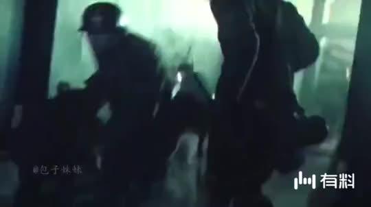 《八佰》郑凯跳楼的一段,感动无数人。