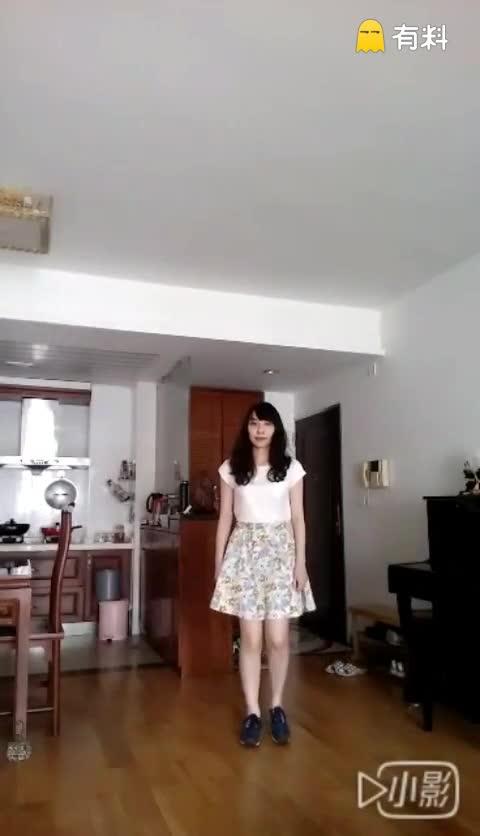 穿着花裙子来跳首充满春天的舞...