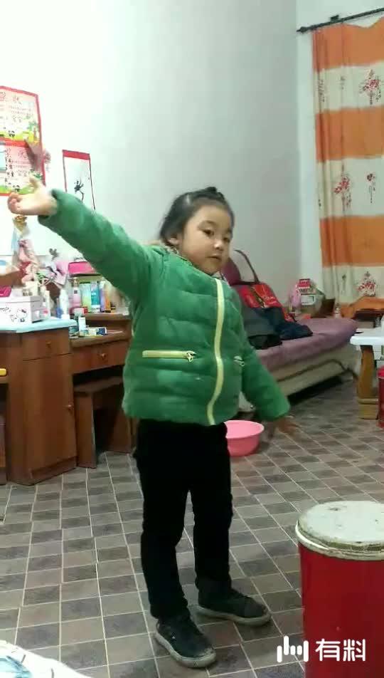 小美女自创舞蹈