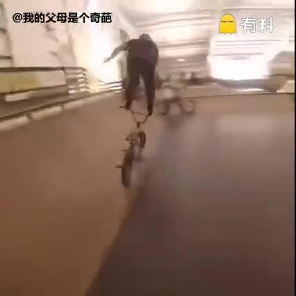#奇葩榜单#歪果仁的作死极限运动见多了,脚踩自行车车把见过没?.