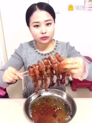 天天美食第26期:农村美女撸串,培根和金针菇在一起太香了