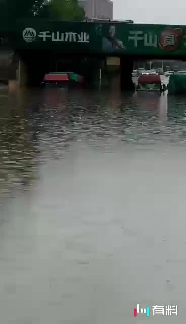 看看临沂的大雨吧,半挂车也得挂