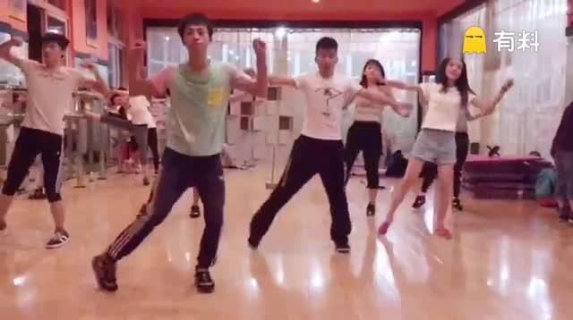 基础课舞蹈,大家很快就学会了,继续加油...