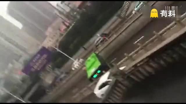 #雨况报道# 邢台暴雨中的牛B司机