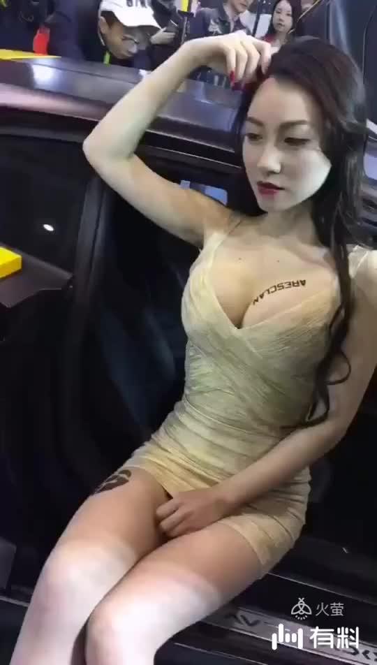 #加关注获取更多美女视频#这车模是极品!
