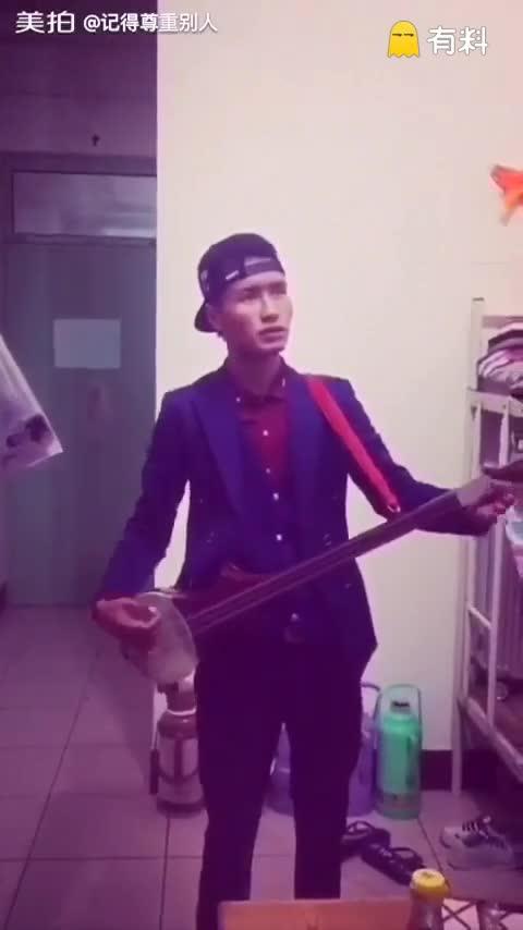 我很喜欢唱歌,弹奏乐器,(虽...