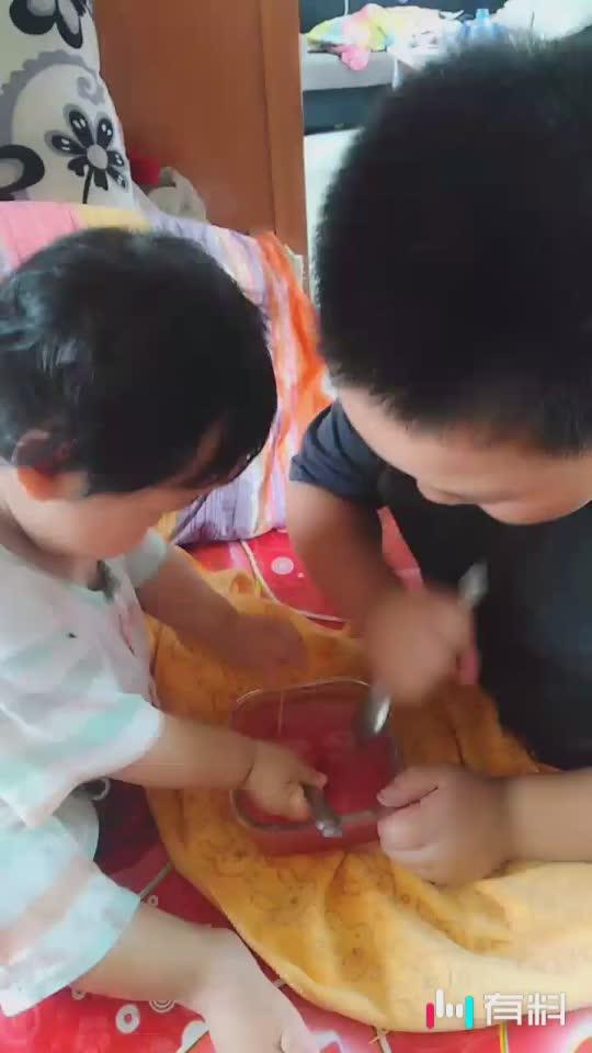 两兄妹在这吃西瓜冰