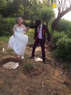 婚礼现场新郎居然掉河里了,好尴尬啊!