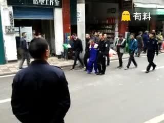 老师强奸幼女,游街