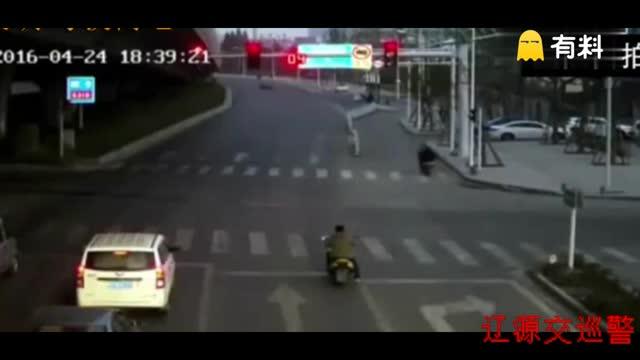 十字路口,他被撞飞了数米远,看着就疼!