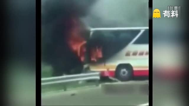 现场:台湾游览车撞护栏起火 车上26人全遇难
