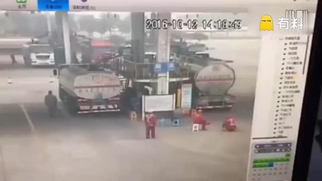 监拍油罐车装油过程中爆炸 大火瞬间吞噬加油站