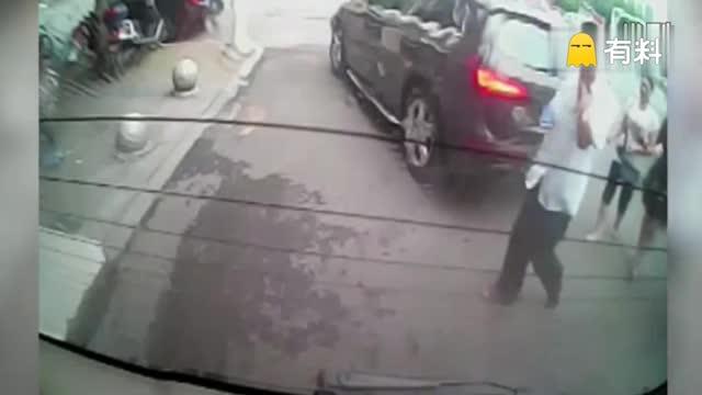 实拍男童马路上玩滑板车 遭轿车碾压