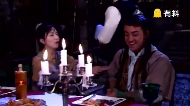 《龙门镖局》大家聚在一起,桌光晚餐吃着牛排