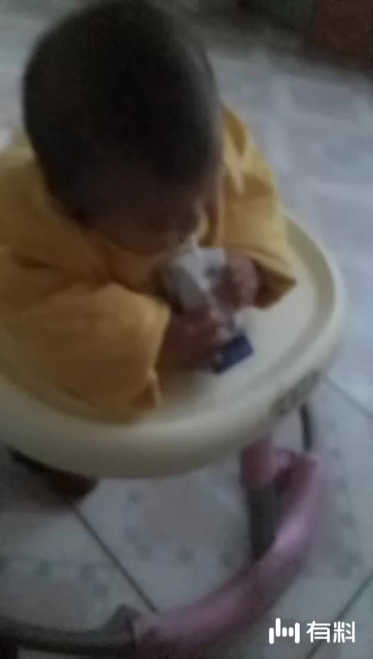 捕获到一个喝酸奶的小孩
