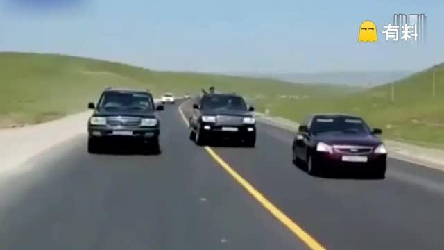 实拍俄汽车空中翻腾两圈 司机被甩出奇迹生还