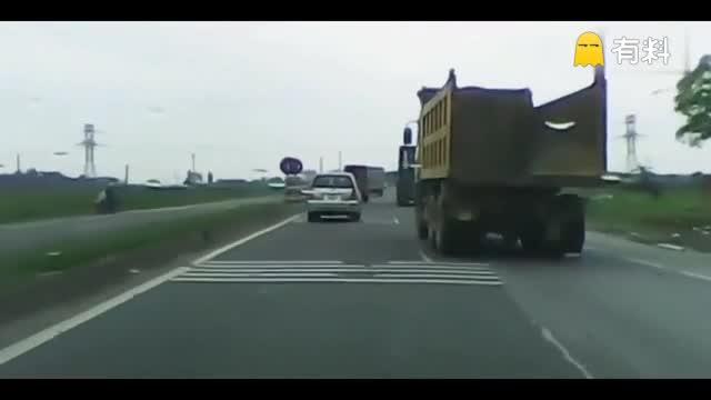 大货车不断逼近,电动车避让突然摔倒,遭大货车无情碾压!