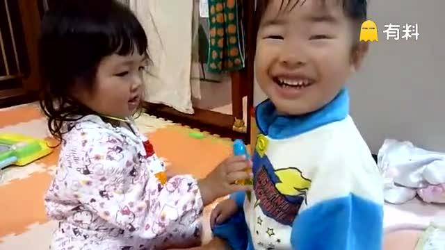 两个小盆友真会玩儿 小妹妹模仿医生给哥哥做检查