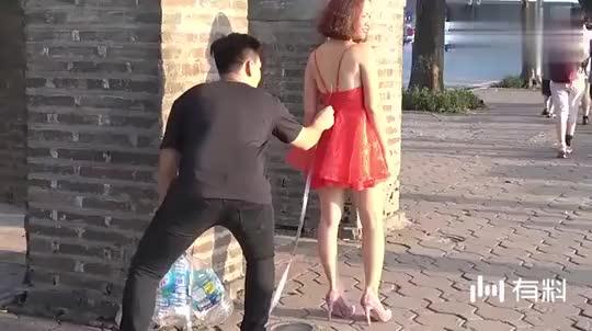 美女正在大街上散步,突然发生尴尬的一幕,大家一定憋住别笑!
