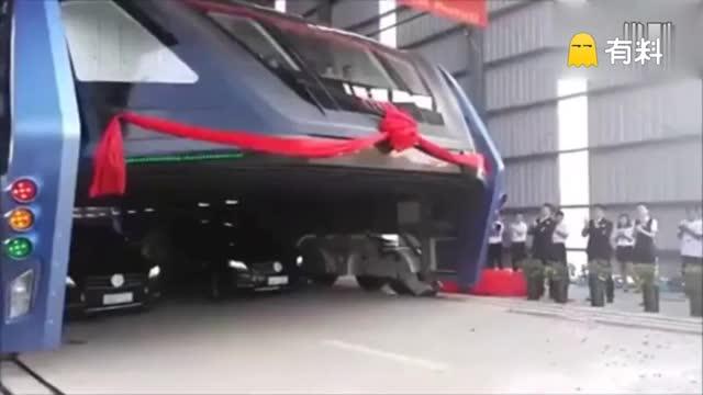 """""""空中巴士""""巴铁试验车启动路面测试 可载300人"""