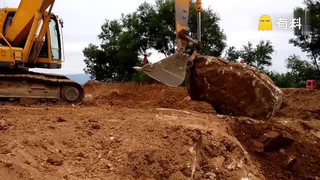 挖掘机扒石头