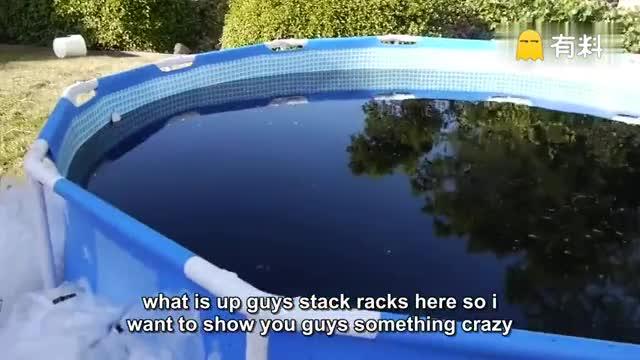 【论土豪的解暑方式:可乐游泳池】外国几位小哥表示普通的泳池已经无法在这么热的天气里解暑了!!于是他们准备一个游泳池,然后倒进1500加仑的可乐,加入冰块后在里面游泳。全身冰镇舒爽,还可以边泡边喝可乐....看完感觉全身都变凉快了.