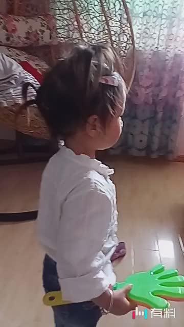 #妈妈不在家,爸爸和女儿玩疯了,。扎的头发#