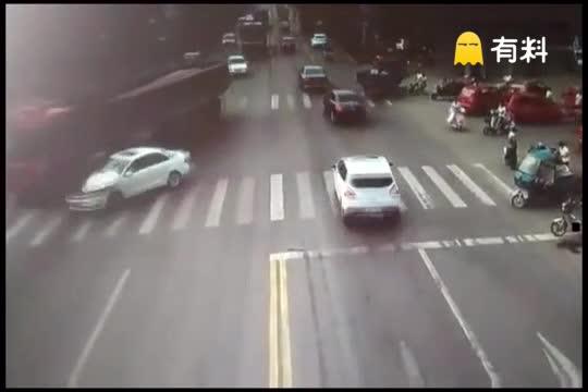 女子驾车两次撞大货车 相撞后车头立马着起大火!