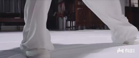 【亭城之恋】男子对白衣女子说,我女朋友刚刚被绑架了