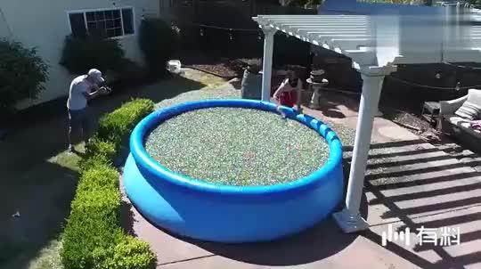 """熊孩子作死把""""水球""""丢进马桶中,按下冲水键,下一秒就后悔了"""