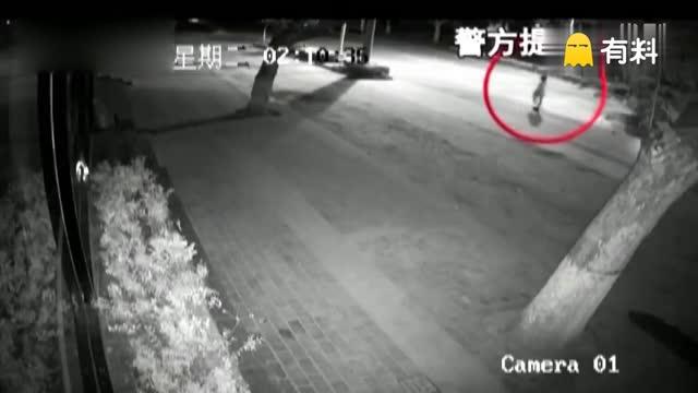 夜路惊魂!女子下夜班惨遭两骑车男子扯走抢劫强奸